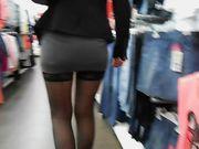 Una mujer sexy sin bragas está mostrando coño en público