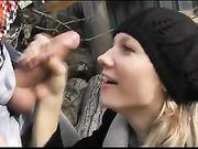 Sexo oral al aire libre y esperma en su cara