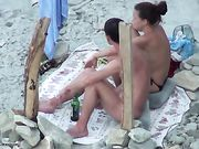 Porno en la playa con una novia hace sexo oral