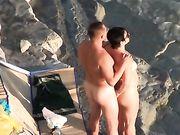 Una pareja nudista hace sexo en la playa voyeur